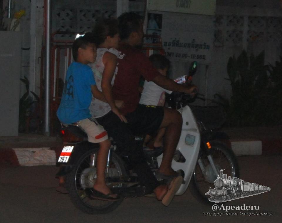 Esta es una imagen muy común en Tailandia: una familia entera en la moto.