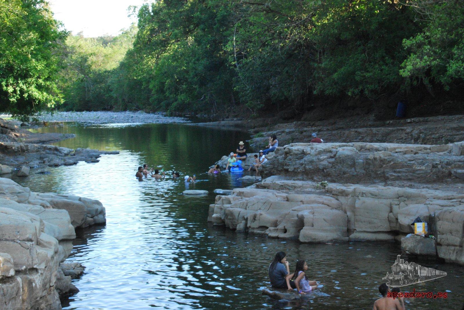 A las familias de la zona les encanta venir y monar un picnic en el río, así que es bastante probable que no te encuentres solo.