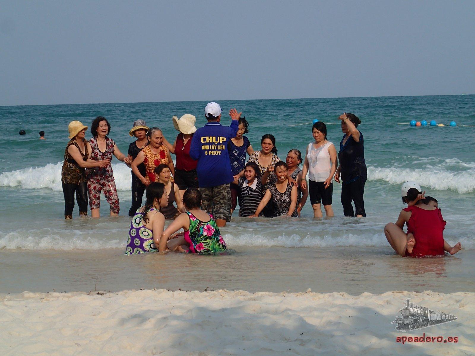 En las playas de Phu Quoc verás pocas familias vietnamitas, están casi todas desiertas y hasta el atardecer solo hay occidentales (mochileros o no).