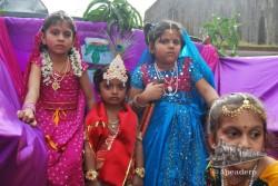 Tuvimos la suerte de toparnos con un festival infantil en el que los niños llevaban coloridas vestimentas.