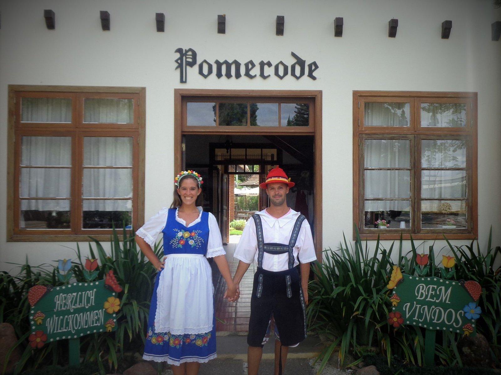 Flor Zaccagnino disfrazados de Alemanes en Pomerode, colonia en Brasil