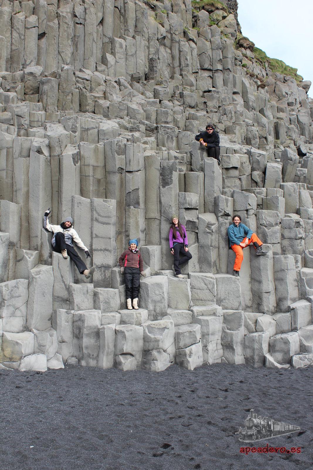 Las columnas de basalto son muy fotogénicas. En esta foto parecemos la portada de un disco de Parchís.
