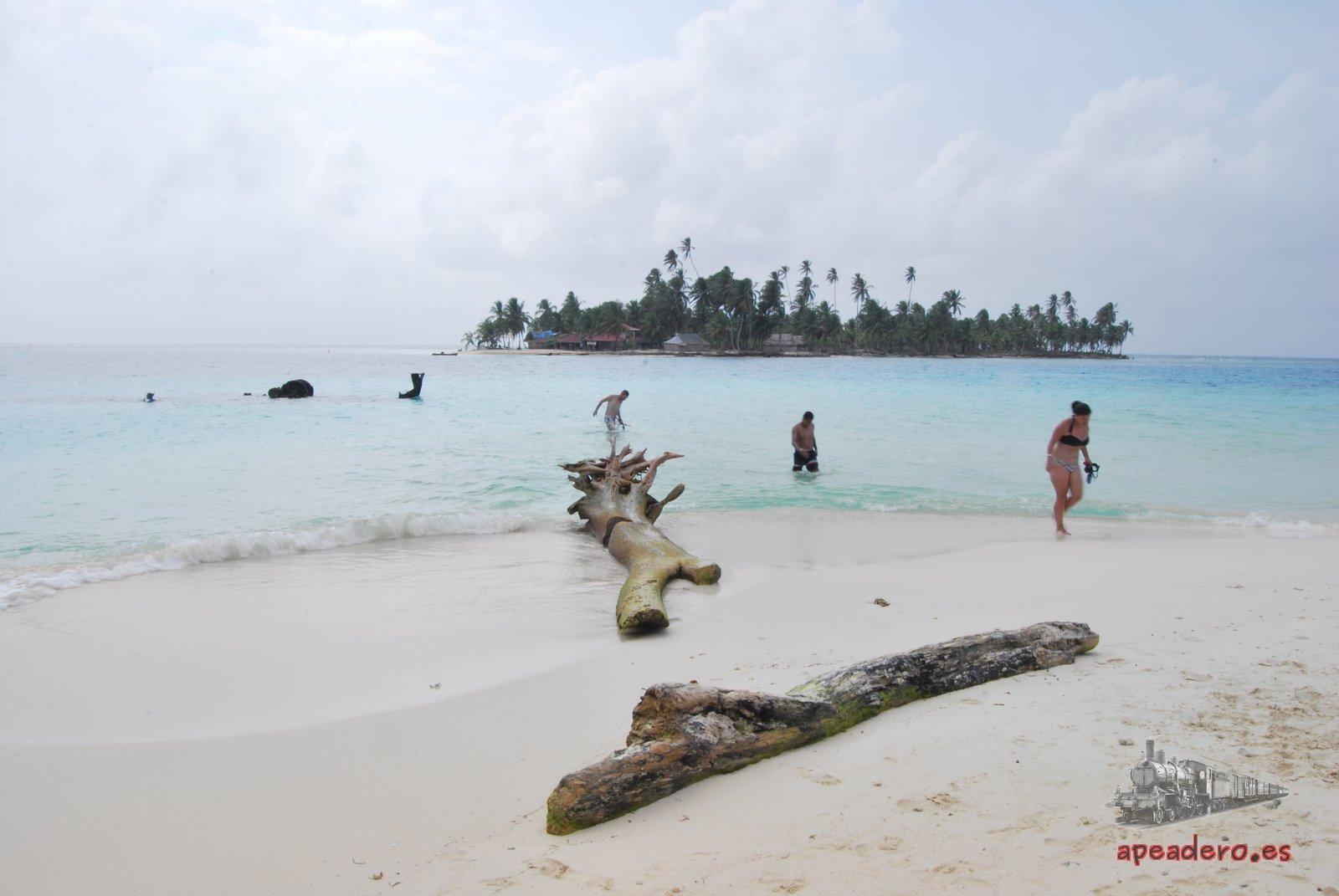A poca distancia de la Isla Perro Chico está la Isla Diablo. En medio, el barco hundido que es la principal atracción turística de Perro Chico.