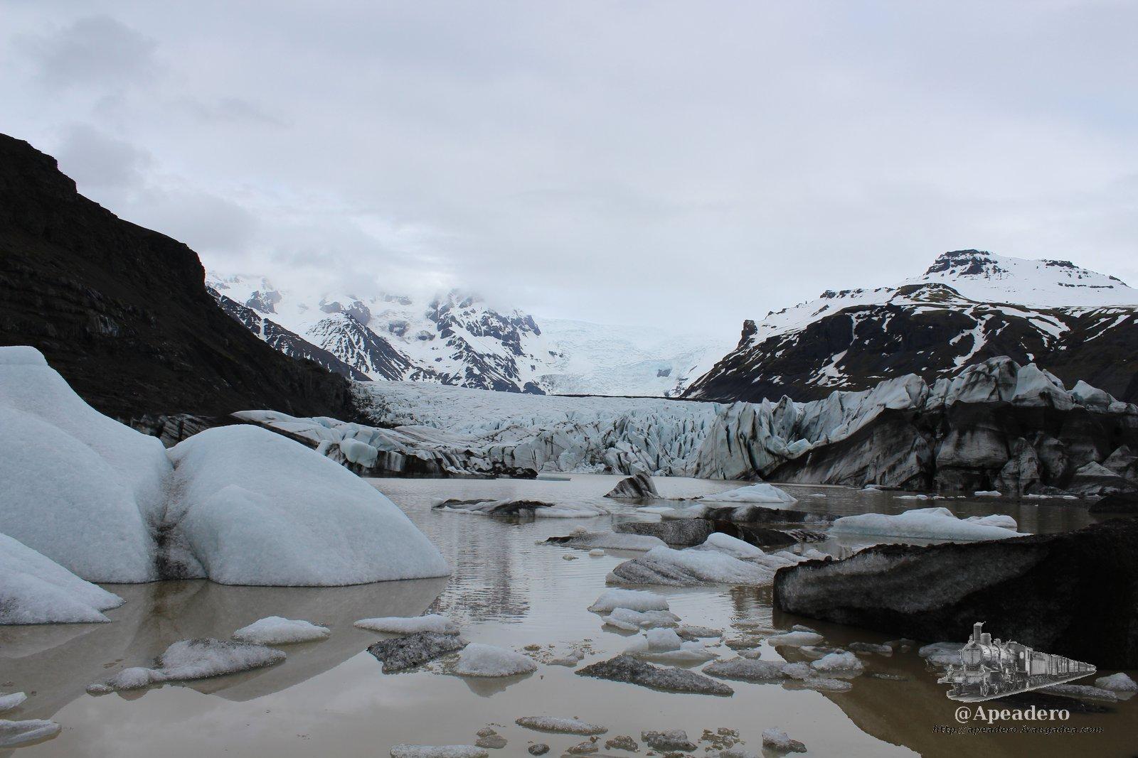 El frente del glaciar es como el Jokulsarlon pero de color marrón caca. Hay mucho barro y el mar está lejos.