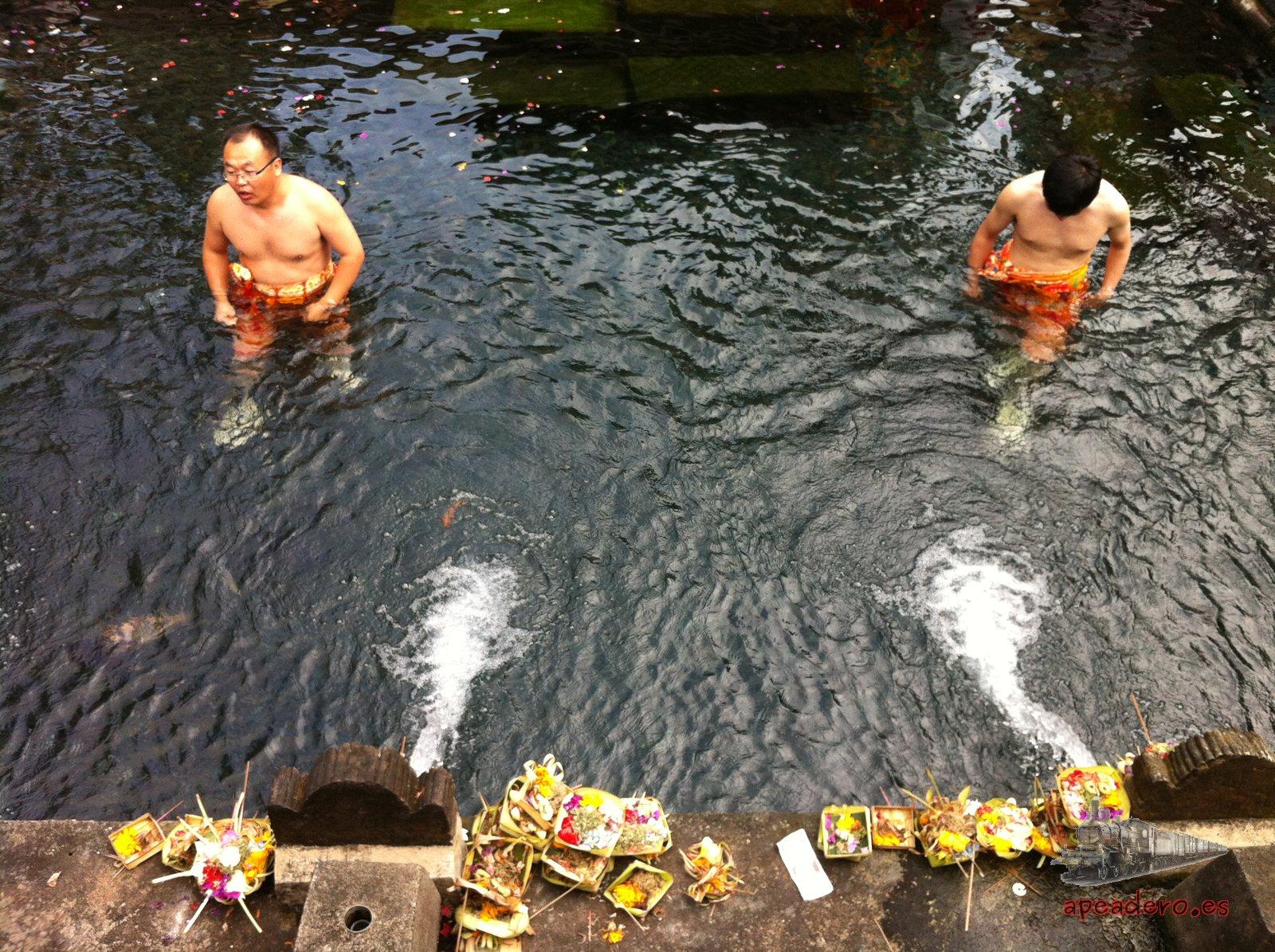 En algunos templos como en Tirta Empul sí vale la pena entrar, en muchos otros con mirar desde fuera es suficiente. En este puedes bañarte en las fuentes sagradas si quieres.