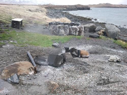 Así es la fuente termal de Hvammsvík, como se puede ver la poza estaba vacía y se veía algo de vapor de agua procedente de la fuga de la canalización.