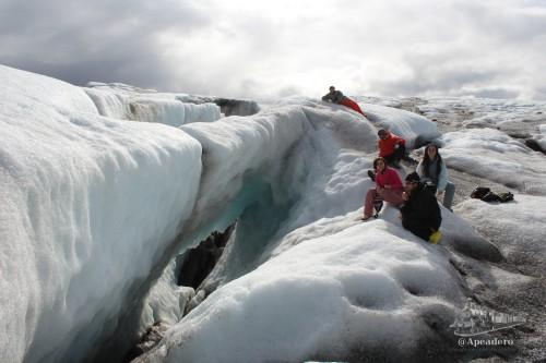 Dos de las mejores experiencias en Islandia fueron caminar sobre el glaciar y pasear por sus cuevas de hielo.