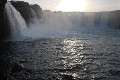 Merece la pena pasar un rato en Godafoss tratando de buscar ángulos diferentes de esta impresionante cascada.