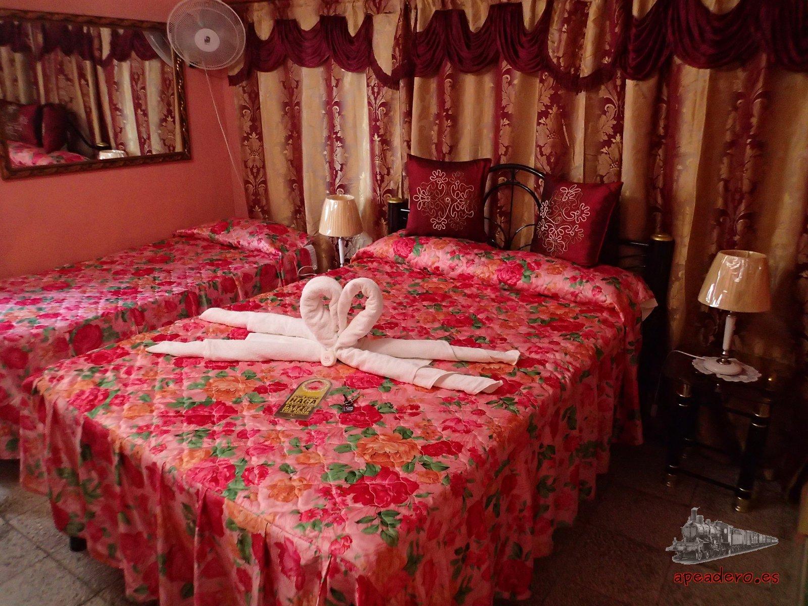 En Cienfuegos nos hospedamos en la casa de Roberto Carlos, un lugar magnífico, con una terraza increíble dónde pasar horas y horas disfrutando de la fresca. Casa muy recomendable.