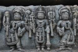 Hay multitud de motivos diferentes en las paredes del templo de Halebid. Para enterarse de la historia, lo mejor es pegar el oído a alguna de las excursiones organizadas que se acercan.