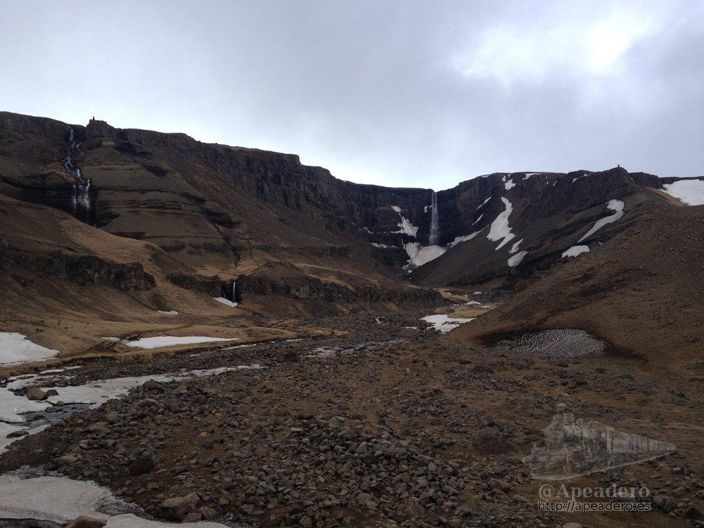 Tras hora y media de sendero ya podíamos distinguir al fondo la catarata de Hengifoss, pero aún quedaría un buen trecho (en peor estado) para llegar hasta ella.