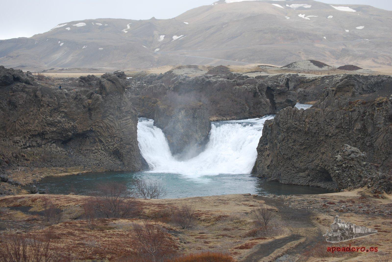 La curiosa catarata doble de Hjálparfoss.
