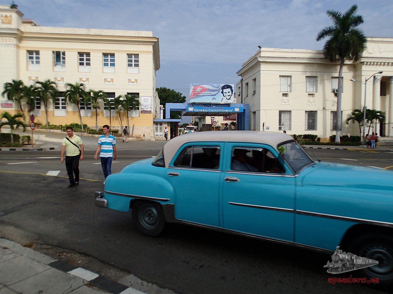 Un hospital cualquiera en una calle cualquiera, con gente normal paseando. Eso es la verdadera Cuba y no lo que nos habían pintado antes de viajar hasta allí.