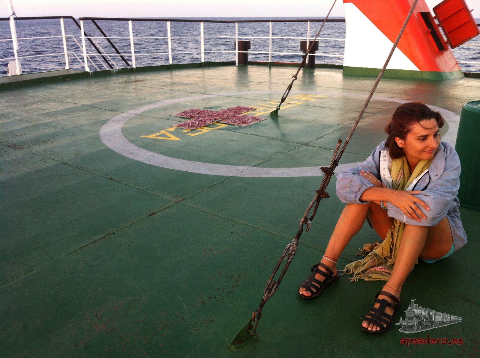 La cubierta del ferry a Labuan Bajo era el mejor lugar para pasar la mañana y la tarde, a mediodía era imposible estar por el calor.