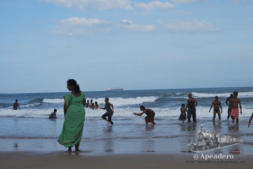 Las mujeres se bañan con su sari puesto. Algunos hombres también se bañan con la misma ropa con la que van por la calle. Los niños son los únicos que se ponen de manera generalizada un bañador.