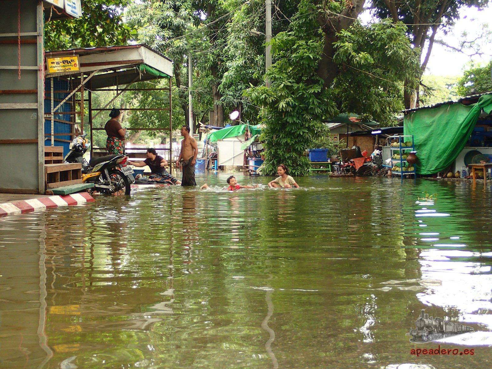 A pesar de las inundaciones, los birmanos no pierden la sonrisa y utilizan el agua que entra hasta sus casa para jugar con los más pequeños.