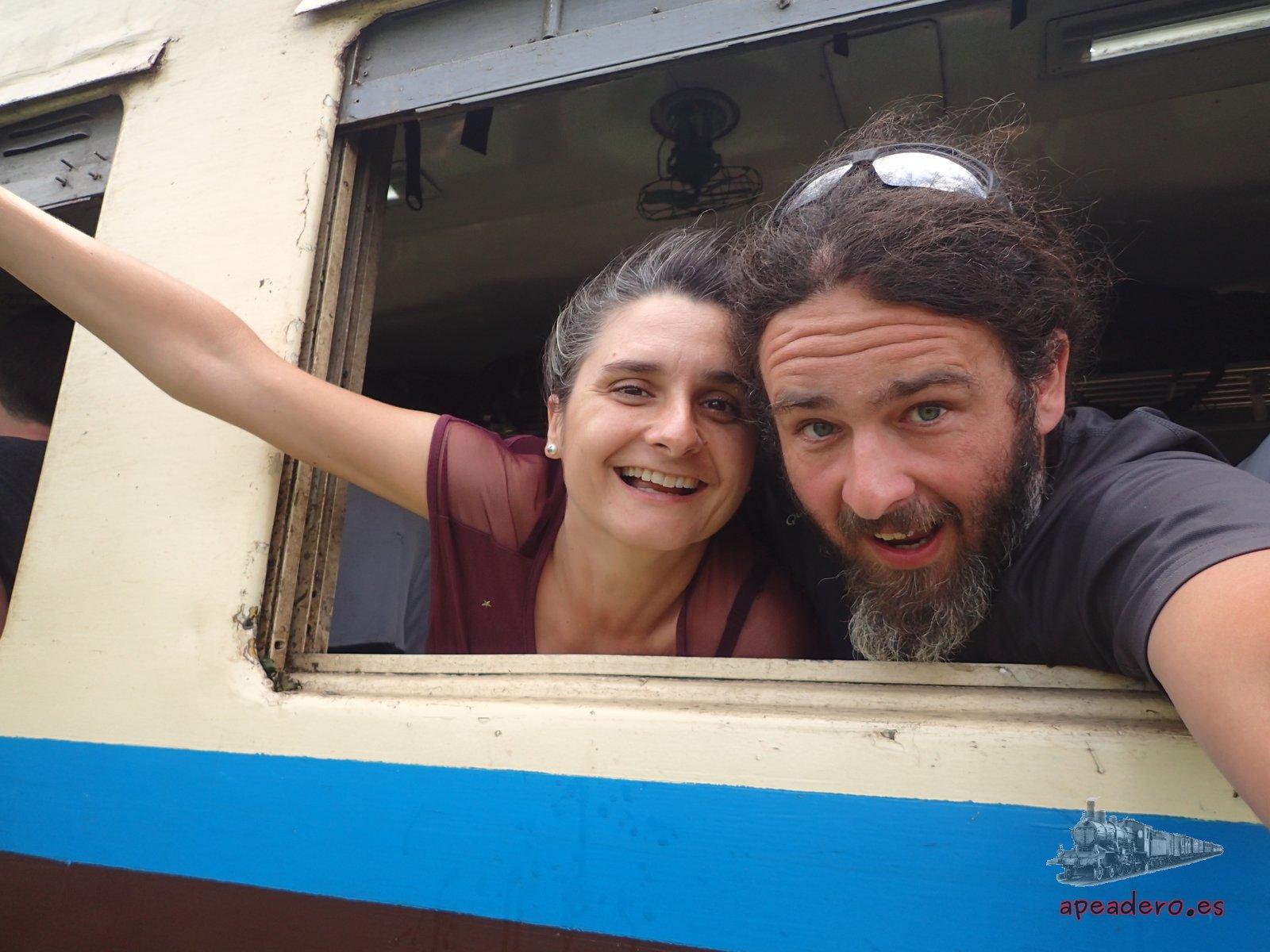 Ivan y Nuria en el tren de Mandalay a Hsipaw