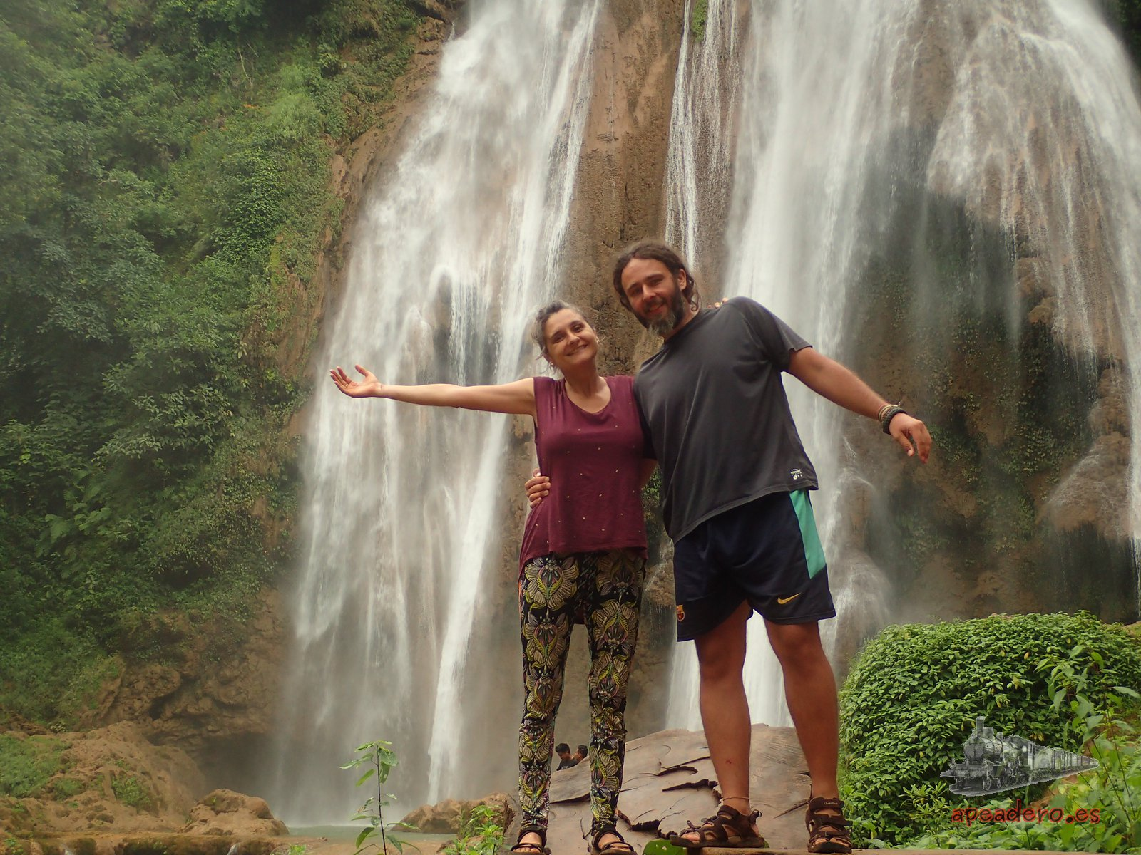 Ivan y Nuria en las cascadas de Anisakan