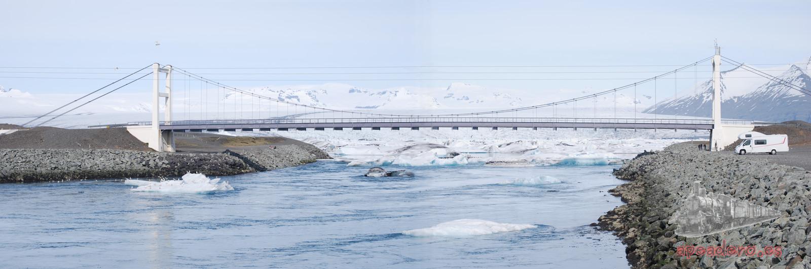El puente pertenece a la carretera Ring Road, al fondo está la laguna Jokulsarlon y la foto está tomada desde la playa.