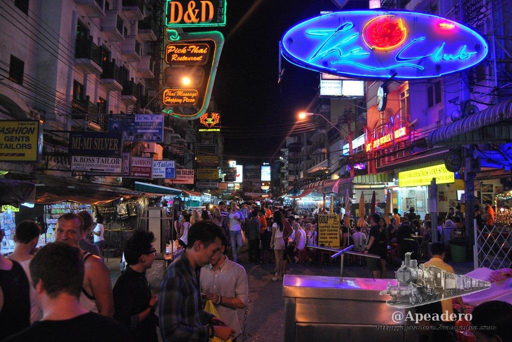 Khao San Road por la noche, un día cualquiera entre semana.