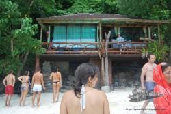 Esta es la habitación maldita, porque está justo pegada a la parte de la selva por dónde aparecen los monos, con lo cual tener una ventana abierta es ser robado. Varios clientes lo vieron, pero ninguno quería quedarse allí.