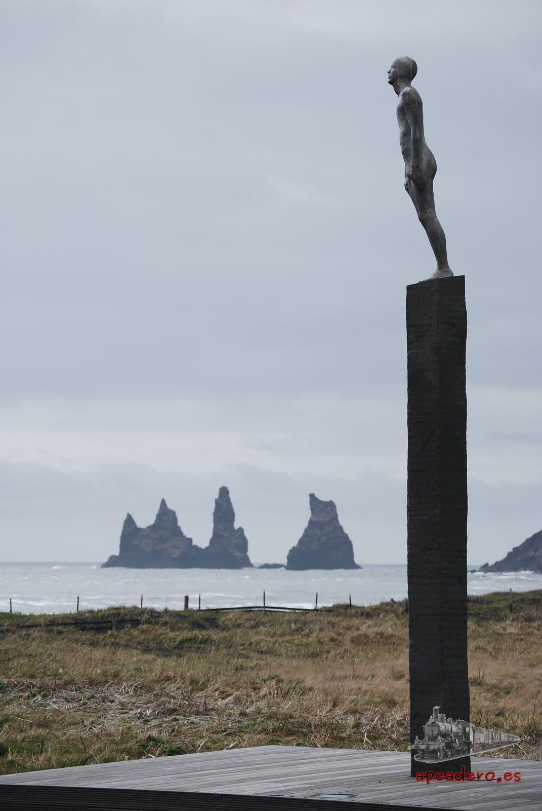 Los paisajes desde la playa de arena negra de Vik son estremecedores. No me extraña que haya tantas series y películas que hayan elegido estas costas para filmar.
