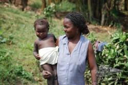 Esta señora estaba encantada de que quisiéramos hacerle una foto a su hijo, eso sí, se empeñó en ponerle un trapito al niño.