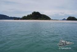 Esta es la isla de Poda. Su larga y amplia playa se puede distinguir incluso desde Ao Nang.