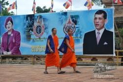 Esta imagen representa los principales elementos del imaginario thai: la patria, el budismo y la monarquía. El cuarto sería Doraemon, pero esa ya es otra historia...