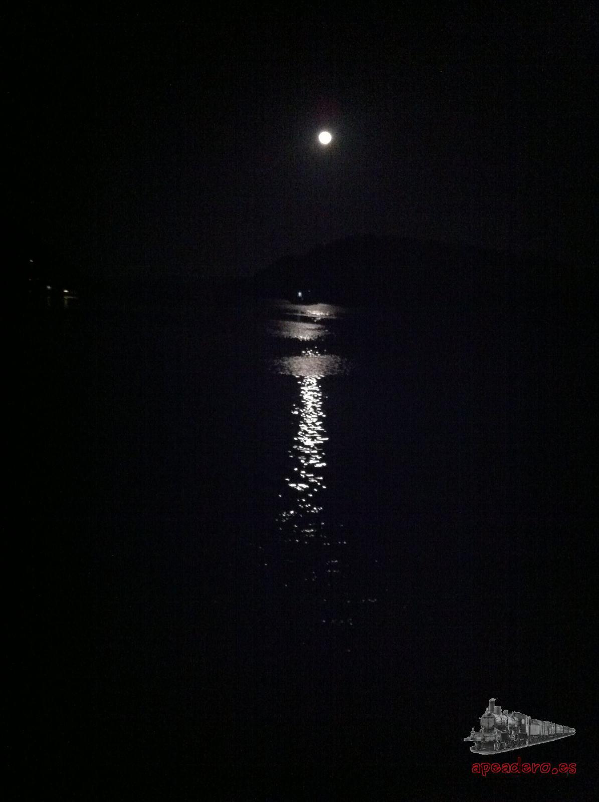 Por la noche, la luz de la luna ilumina la cubierta del barco y las temperaturas frescas son ideales para estar charlando y jugando a cartas hasta bien entrada la madrugada.