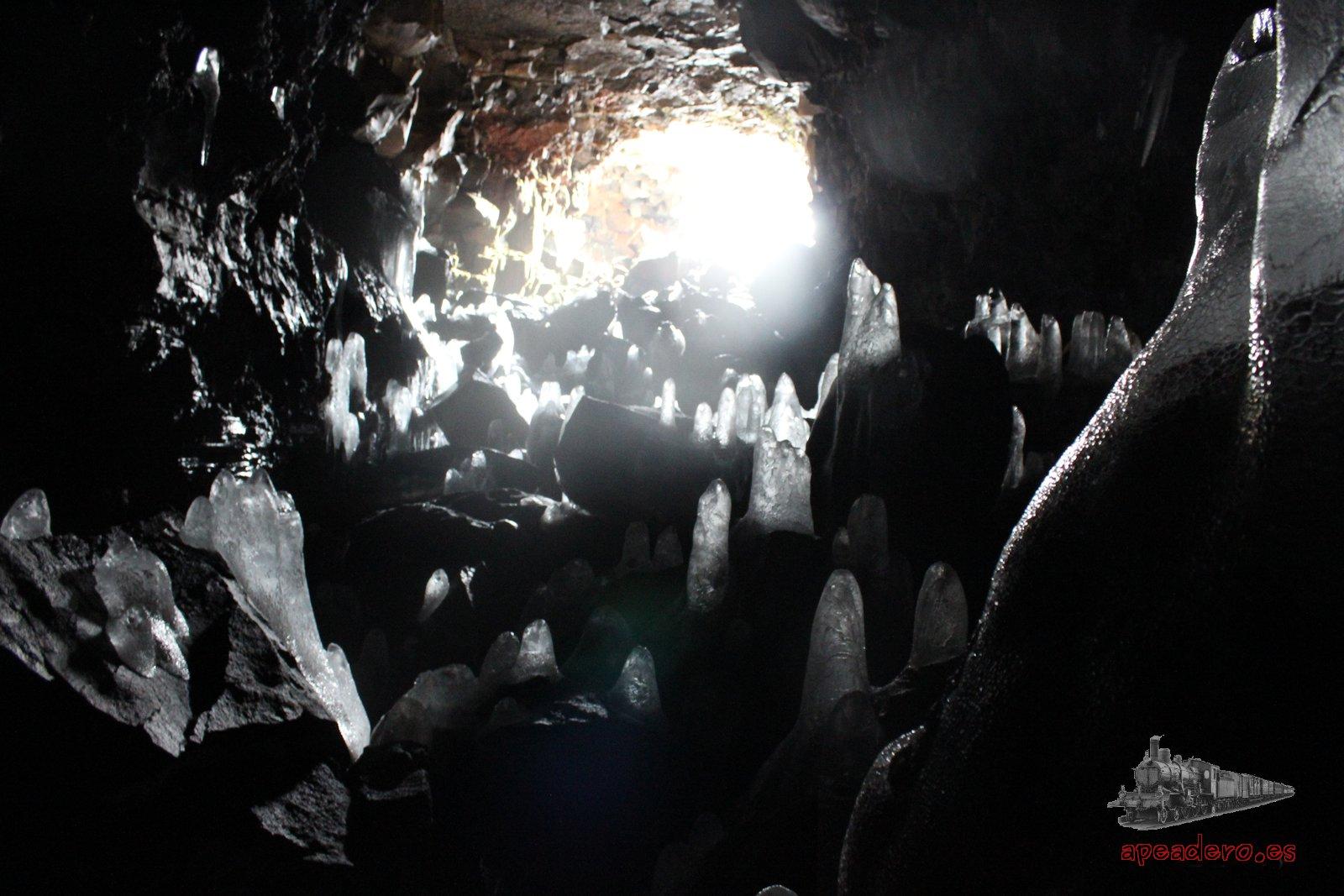 Una cueva, Thingvellir y el final del viaje por Islandia