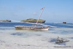 Una playa tranquila de agua transparente que se adentra poco a poco hasta un correoso arrecife de coral.
