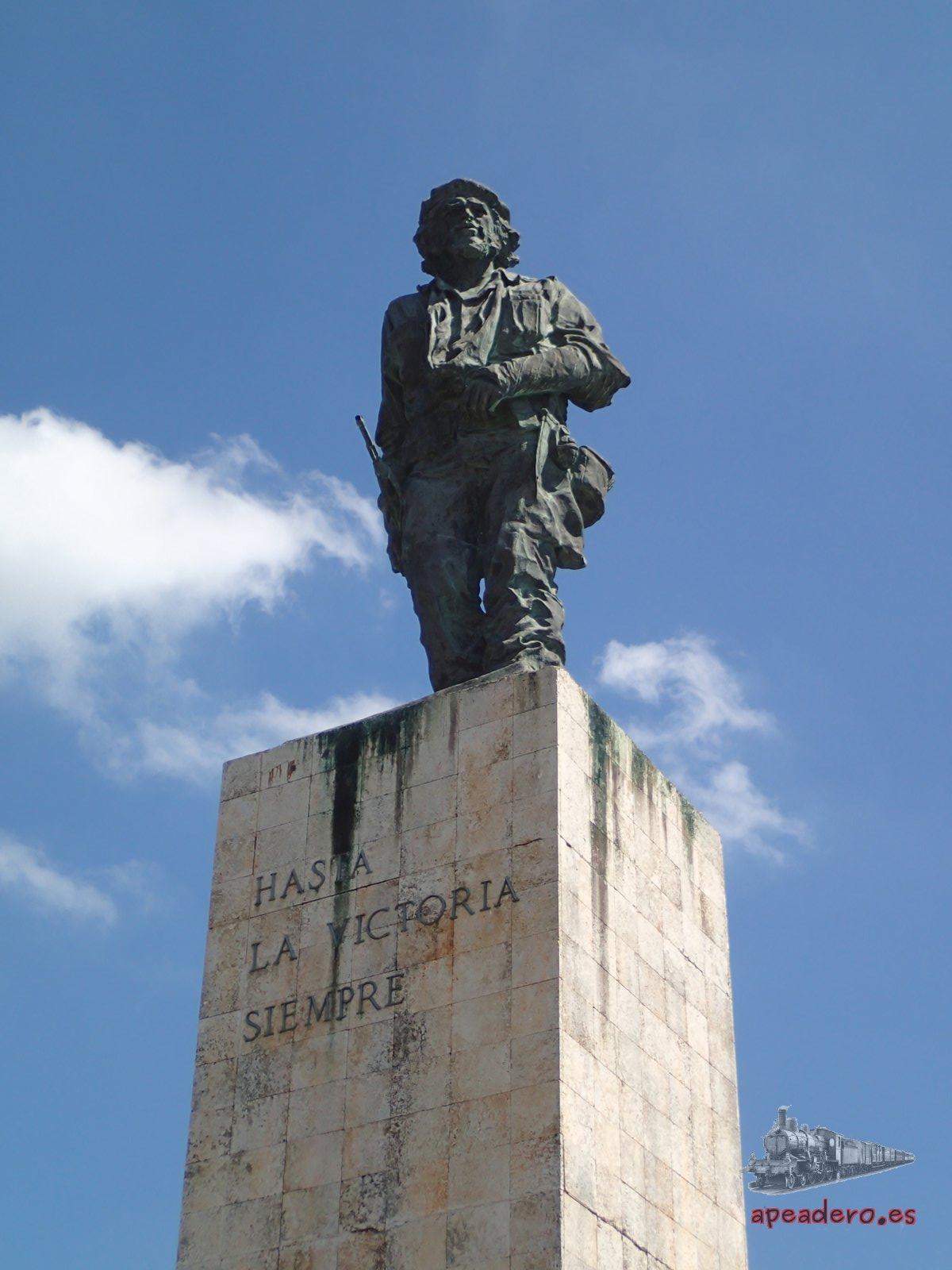 Al mausoleo del Che no se pueden entrar cámaras y se deben dejar las mochilas en consignas gratuitas. Todo el parque es gratuito.