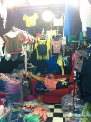 Es muy común que los vendedor estén descansando (durmiendo) mientras esperan a los clientes en el mercado de Chatuchak. Esto es algo que también observamos en China.