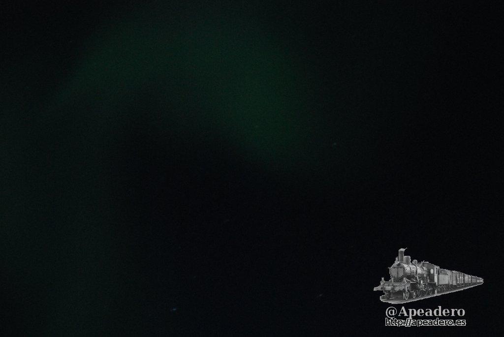 Esto es todo lo que pudimos captar de la aurora. Cuando cogí la cámara, preparé el tripode y apunté, ya era demasiado tarde. Duró un par de minutos: no es buena época para verlas, pero es posible.