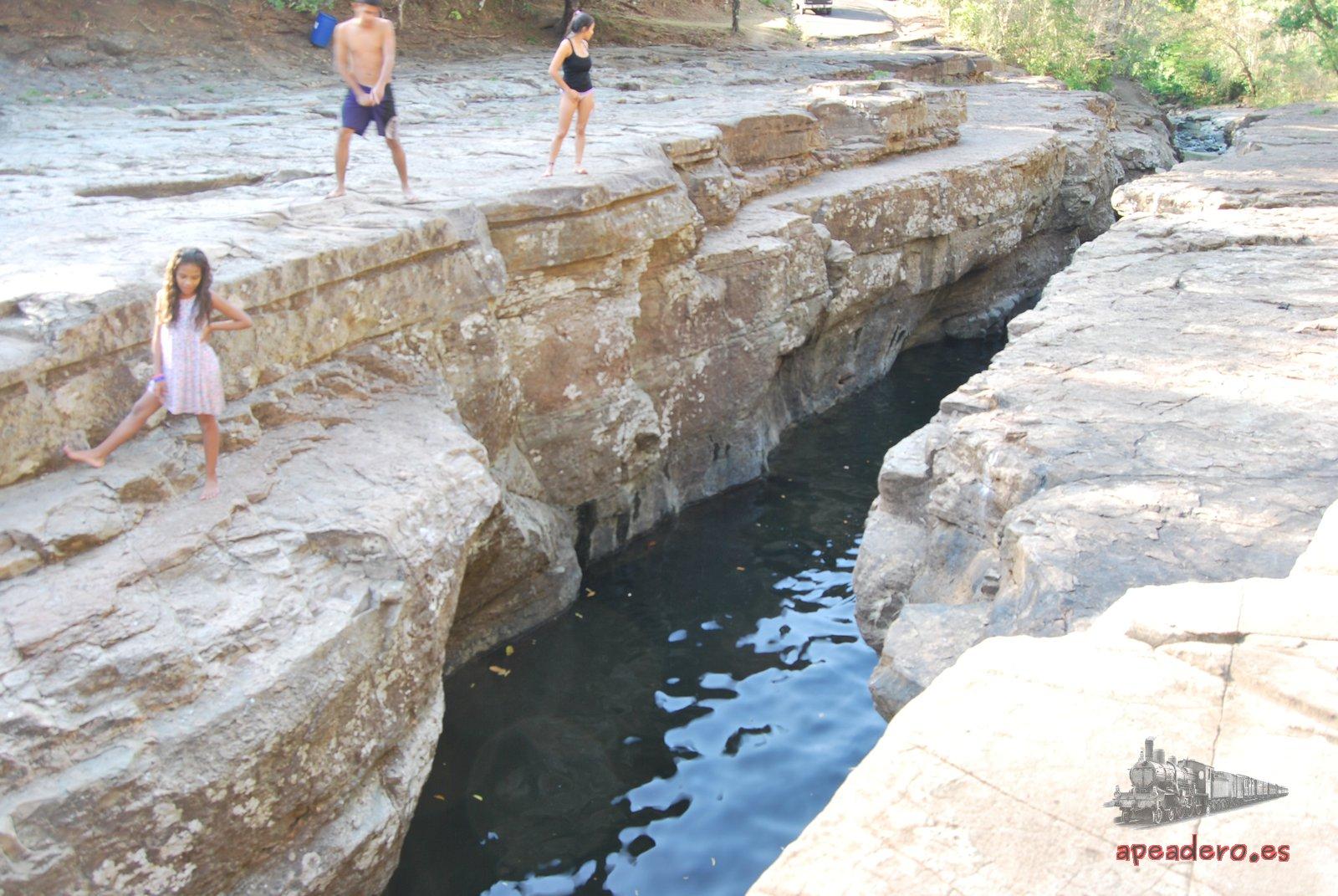 Desde los laterales del cañón puedes saltar. Asegúrate antes que hay profundidad suficiente y que no hay rocas que sobresalgan. Los saltos no son muy grandes, pero 5 o 6 metros son suficientes para divertirte un rato.