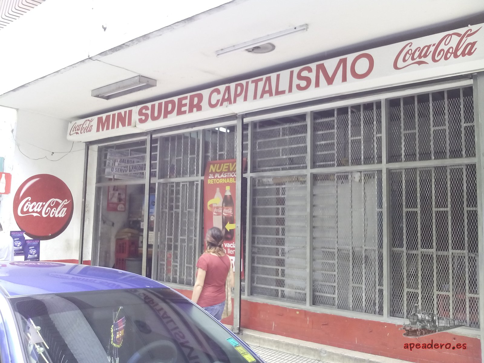 Habitualmente no hay  mejor explicación de cómo es un lugar que leyendo sus paredes. A veces son los graffitis otras son el nombre que le ponen a un supermercado de barrio: Mini super capitalismo, exactamente lo que es Panamá, un sistema capitalista con una sociedad hiper-consumista, siempre con prisas y con una enorme desigualdad social.