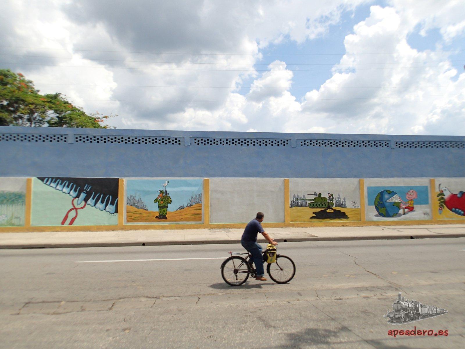 Una característica de Cuba son los murales que adornan muchas paredes de las ciudades. Estos son contra las guerras.