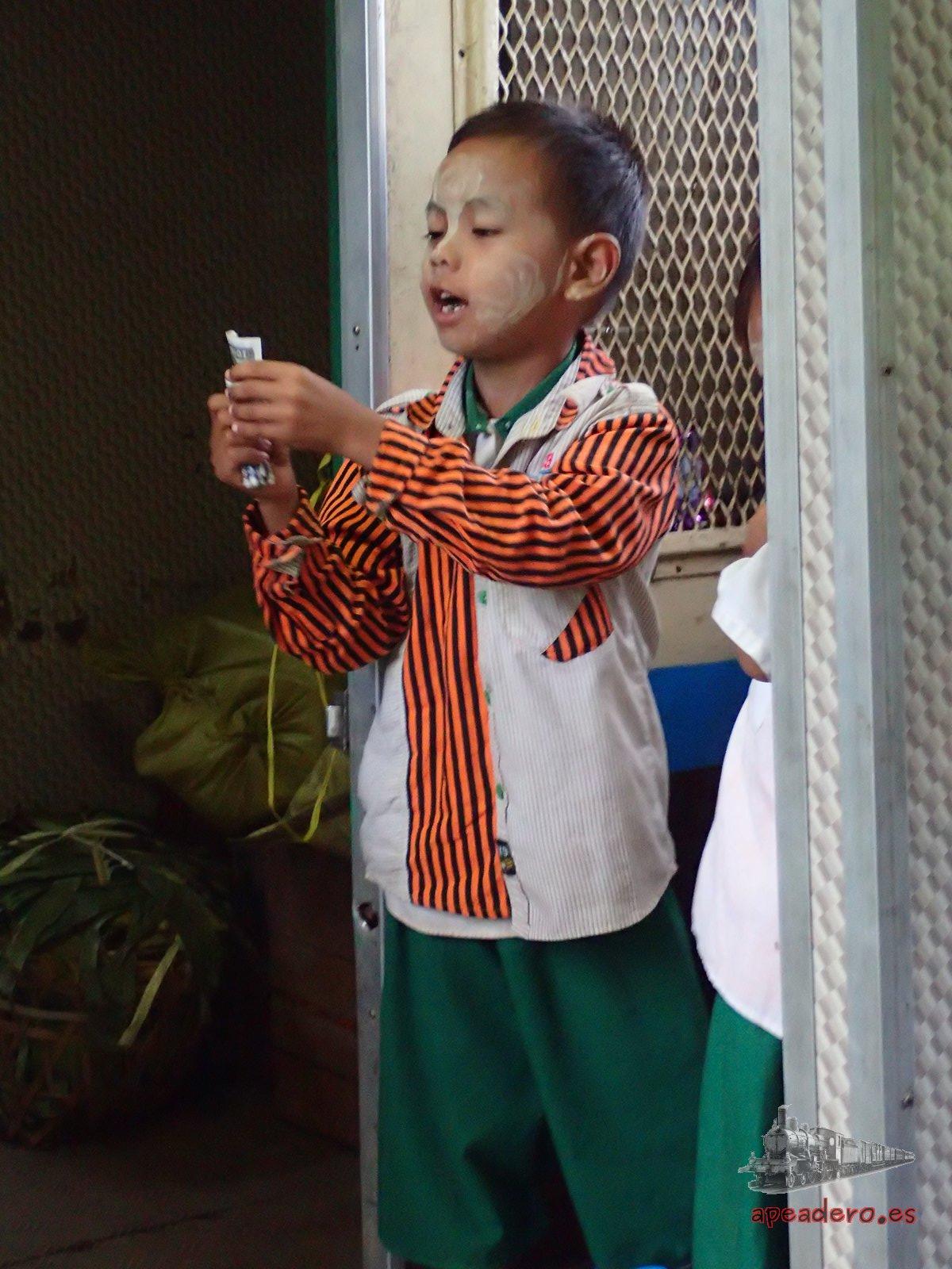 Niños en el tren de Mandalay a Hsipaw