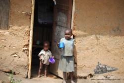 No esperes encontrar riqueza material en un pueblo de 500 habitantes en mitad de la selva ugandesa.
