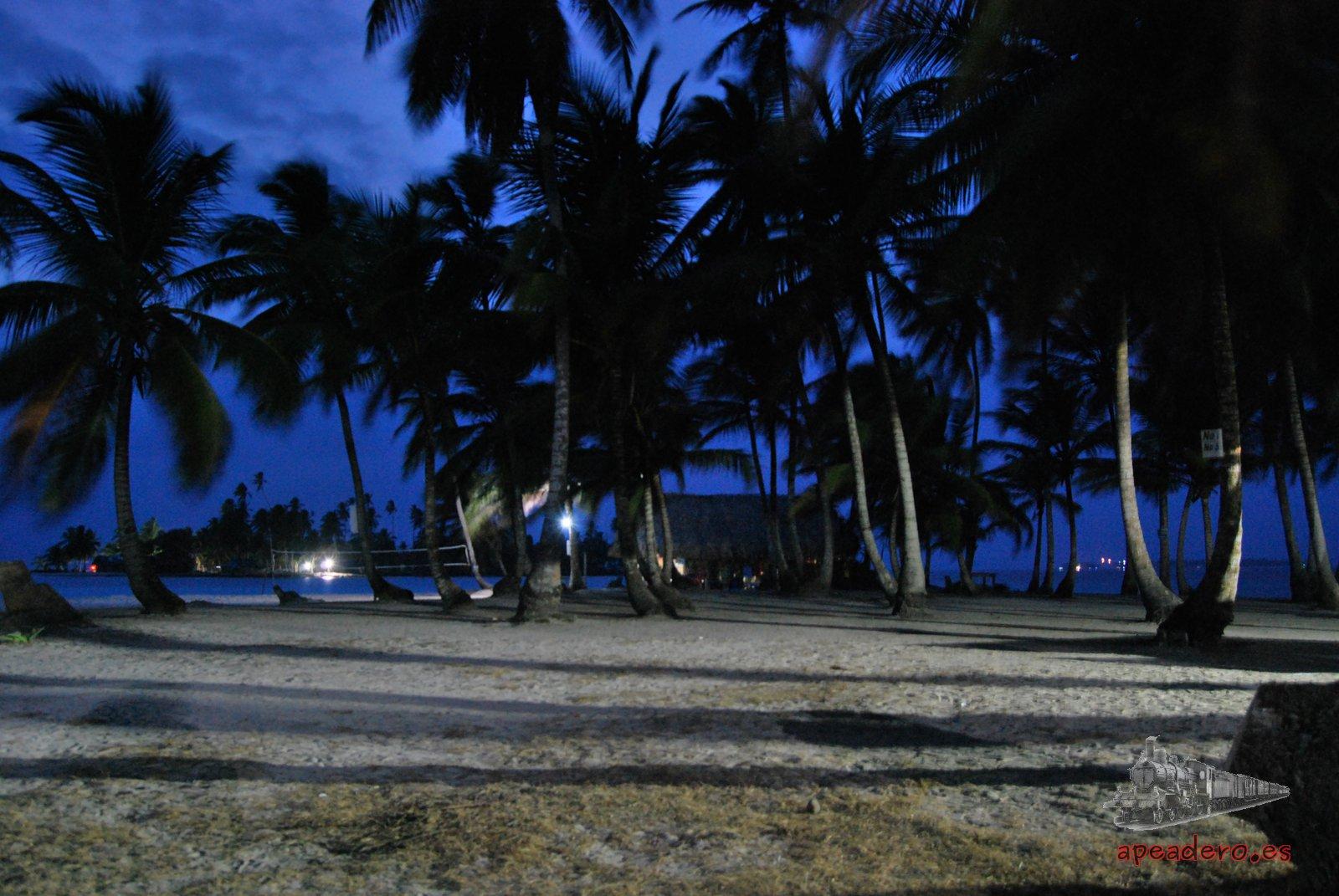 La noche en San Blas es muy variada, puedes encontrarte desde las fiestas que montan los panameños los fines de semana, hasta fiestas Guna o silencio y tranquilidad que es lo más habitual.