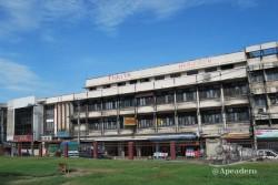 Vista desde el templo. Este es nuestro hotel en Lopburi que, como se ve, está muy hecho polvo.