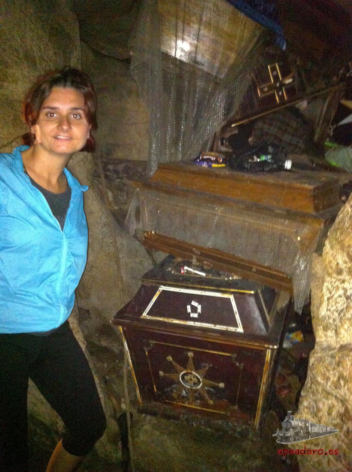 Los ataudes apilados en el interior de la cueva con pequeñas ofrenda en forma de billetes, monedas o caramelos recuerdan a ciertas películas de terror.