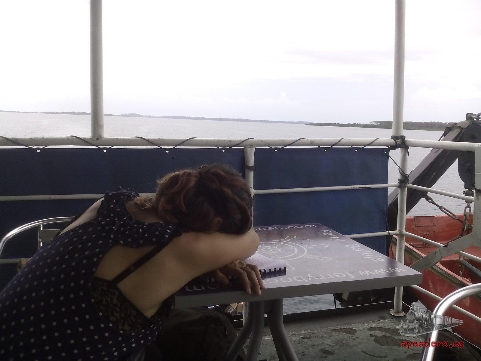 Regresamos en el ferry porque nos venía bien el horario y queríamos despedirnos de Bocas del Toro tranquilamente, poco a poco, pero Nuria se quedó frita.