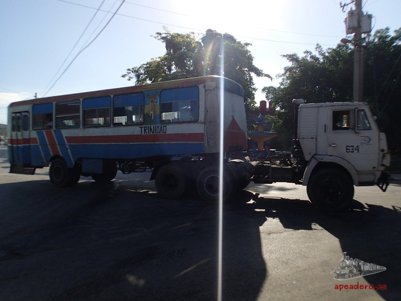 """En La Habana y en otras ciudades se pueden ver todavía """"orugas"""", camiones que tiran de viejos esqueletos de autobús sin la parte motora."""