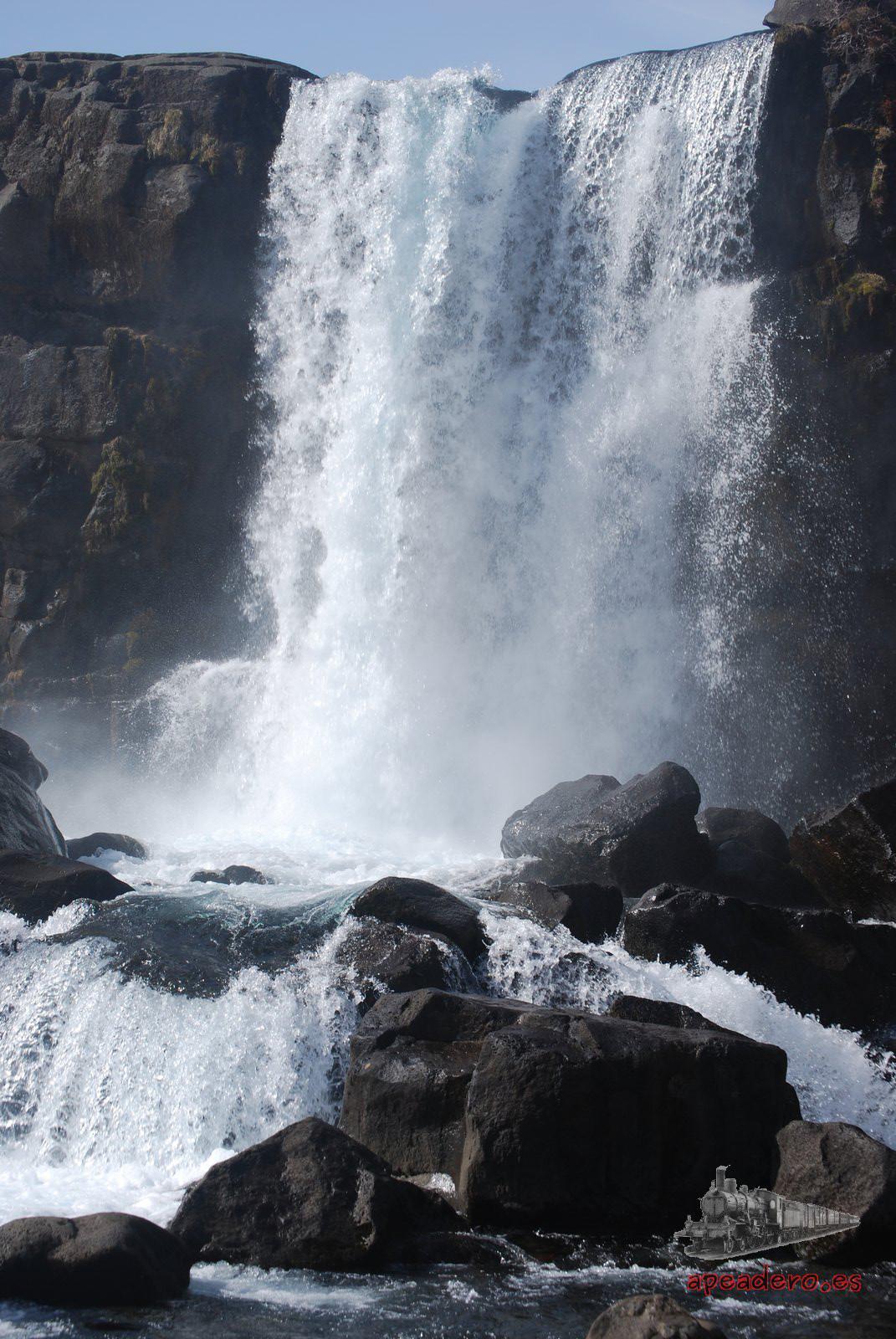 La catarata de Oxararfoss a estas alturas ya no nos pareció demasiado espectacular, aunque vista así y en frío, sí que merece una visita.