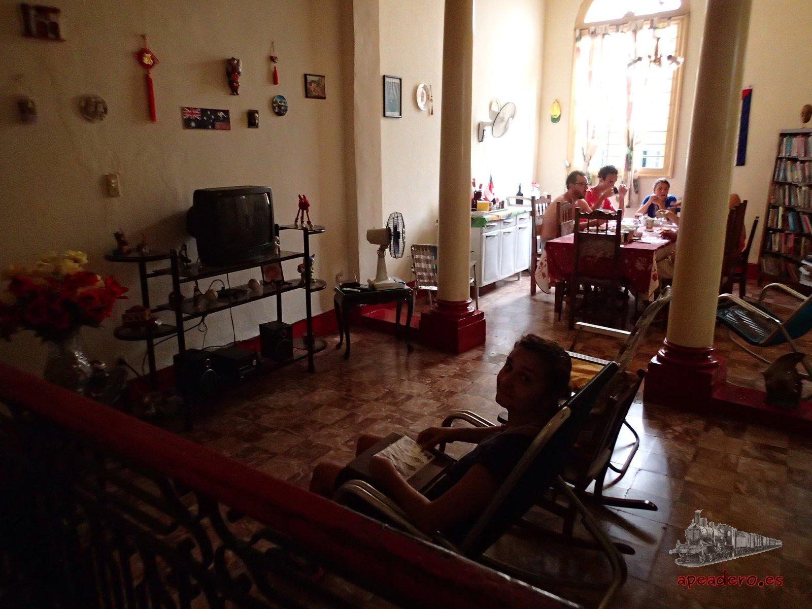 El piso de abajo de la casa dónde está ubicado el hostel es la residencia de Magnolia y Wilfredo, por lo que la seguridad es máxima en todo momento.