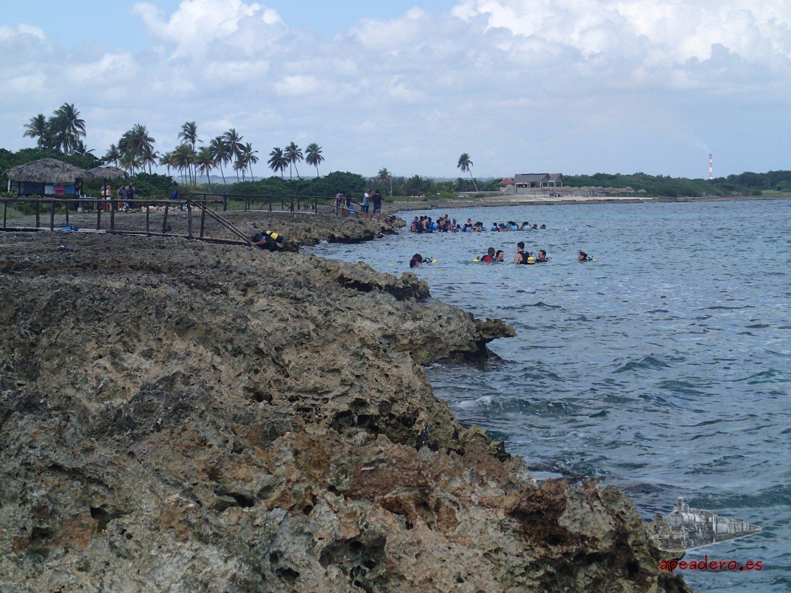 Eso sí, los amantes de tirarse en la arena lo tienen complicado en Playa Coral.