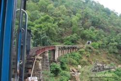 El tren atraviesa paisajes increíbles, túneles, puentes...