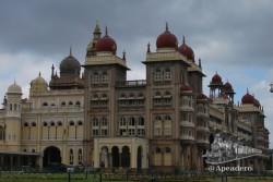 El palacio es la atracción principal de la ciudad, pero no la única.